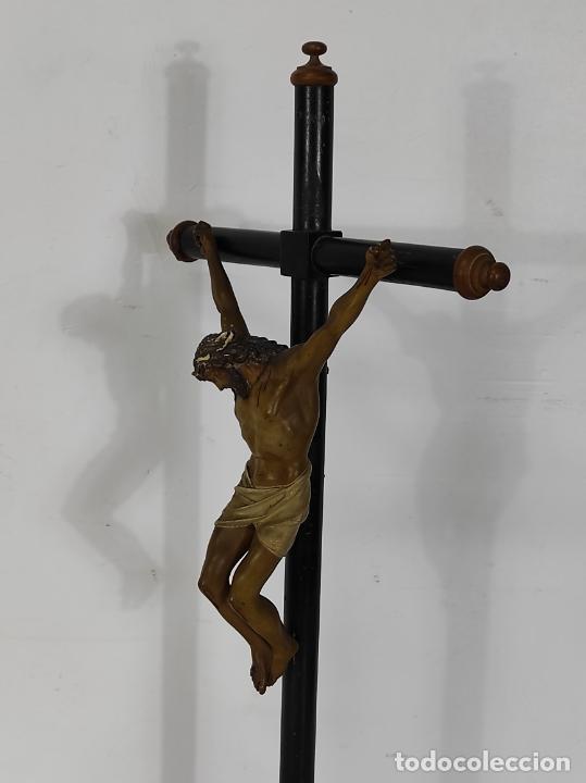 Antigüedades: Antiguo Crucifijo Sobremesa - Cristo a la Cruz - Talla Popular - Madera Policromada - S. XIX - Foto 15 - 287781138