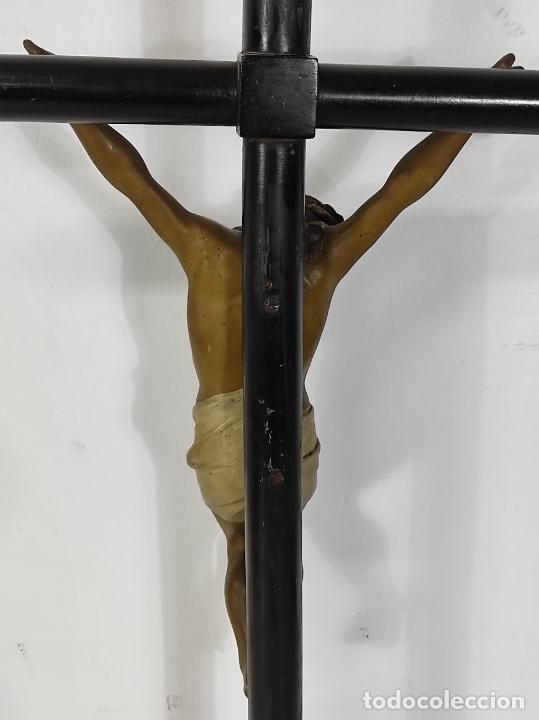 Antigüedades: Antiguo Crucifijo Sobremesa - Cristo a la Cruz - Talla Popular - Madera Policromada - S. XIX - Foto 18 - 287781138
