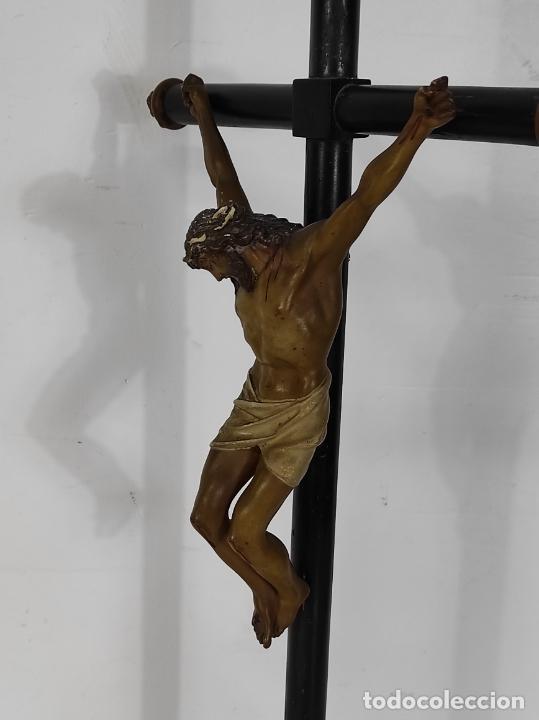 Antigüedades: Antiguo Crucifijo Sobremesa - Cristo a la Cruz - Talla Popular - Madera Policromada - S. XIX - Foto 21 - 287781138