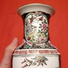 Antigüedades: JARRÓN CHINO. CON SELLO EN LA BASE. ALTURA: 25,5 CM.. Lote 247164345