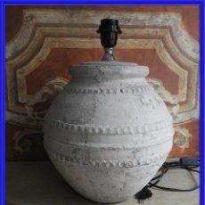 Antigüedades: BONITA LAMPARA DE TERRACOTA EN TONO CLARO. Lote 247184830