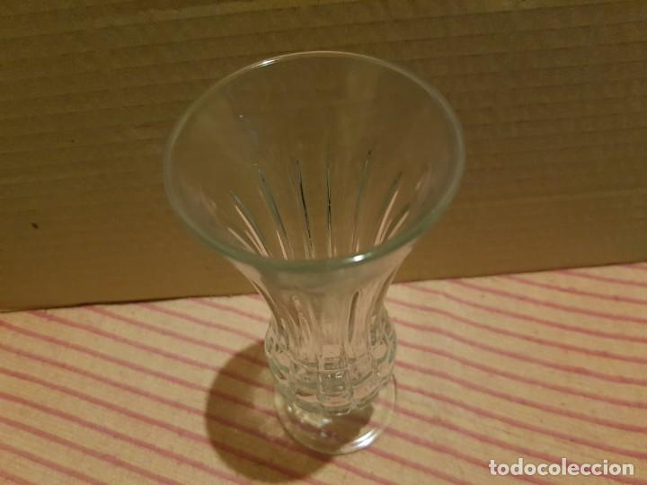 Antigüedades: Bonito y elegante florero en cristal italiano de los años 80 con su caja original. Italia - Foto 4 - 247244285