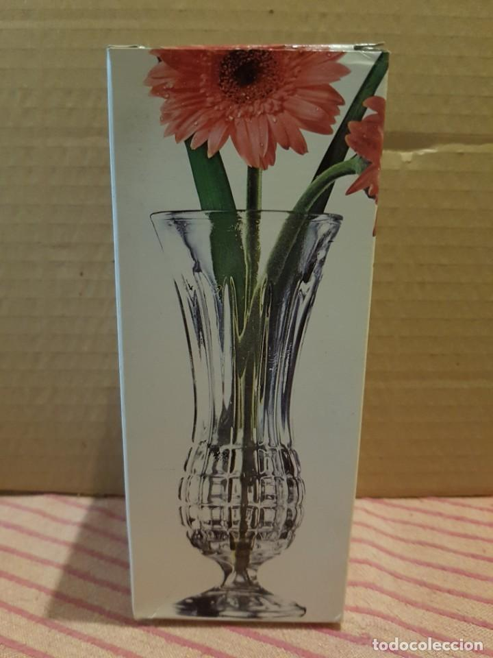 Antigüedades: Bonito y elegante florero en cristal italiano de los años 80 con su caja original. Italia - Foto 10 - 247244285