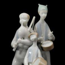 Antiquités: ANTIGUA FIGURA DE MÚSICOS SANTA CLARA. FIRMADA POR MOISES ÁLVAREZ.. Lote 247253375