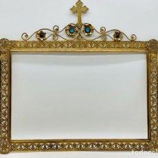 Antigüedades: GRAN MARCO RELIGIOSO EN BRONCE DORADO CON PEDRERÍA. Lote 247367195