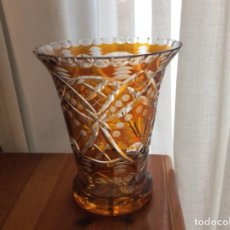 Antigüedades: JARRÓN O FLORERO DE CRISTAL TALLADO DE BOHEMIA EN BLANCO Y ÁMBAR. AÑOS 50. Lote 247438445