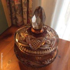 Antigüedades: GRAN BOMBONERA DE CRISTAL TALLADO DE BOHEMIA EN BLANCO Y ÁMBAR. AÑOS 50. Lote 247439695