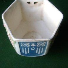 Antigüedades: MACETERO ANTIGUO DE CERAMICA DE CORTE MODERNISTA HEXAGONAL MEDIDAS: 15 X 17 X 15. Lote 247440820