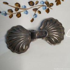Antigüedades: ANTIGUO CIERRE CAPA DE PLATA. Lote 247459440