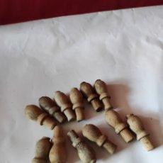 Antigüedades: LOTE DE 12 MINI PATAS EN MADERA TORNEADA PARA MINI BAÚLES. Lote 247557245