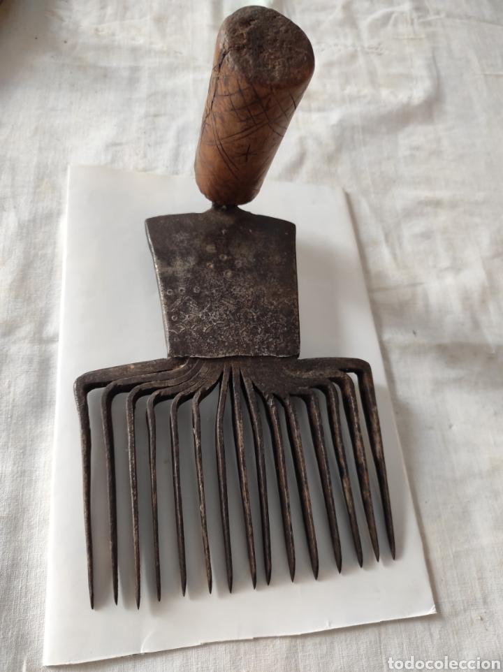 Antigüedades: Antiguo Cardador - Cardadora de Lana de Hierro con Mango de Madera - Foto 2 - 247599185