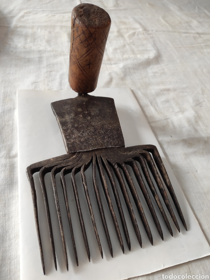 Antigüedades: Antiguo Cardador - Cardadora de Lana de Hierro con Mango de Madera - Foto 3 - 247599185