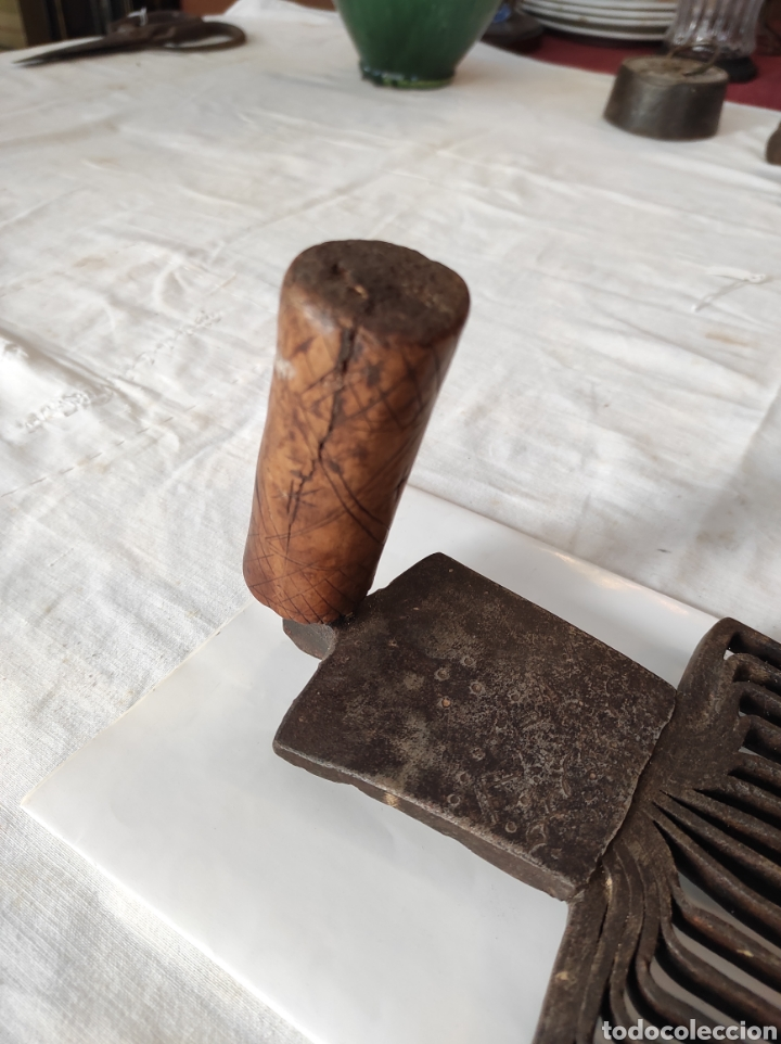 Antigüedades: Antiguo Cardador - Cardadora de Lana de Hierro con Mango de Madera - Foto 4 - 247599185