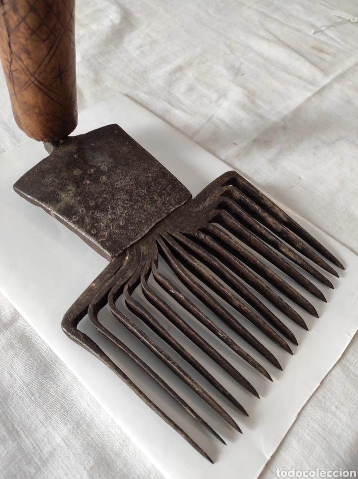 Antigüedades: Antiguo Cardador - Cardadora de Lana de Hierro con Mango de Madera - Foto 5 - 247599185
