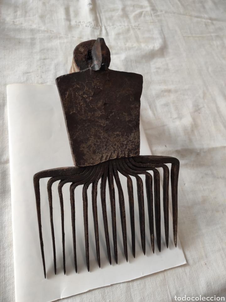 Antigüedades: Antiguo Cardador - Cardadora de Lana de Hierro con Mango de Madera - Foto 9 - 247599185