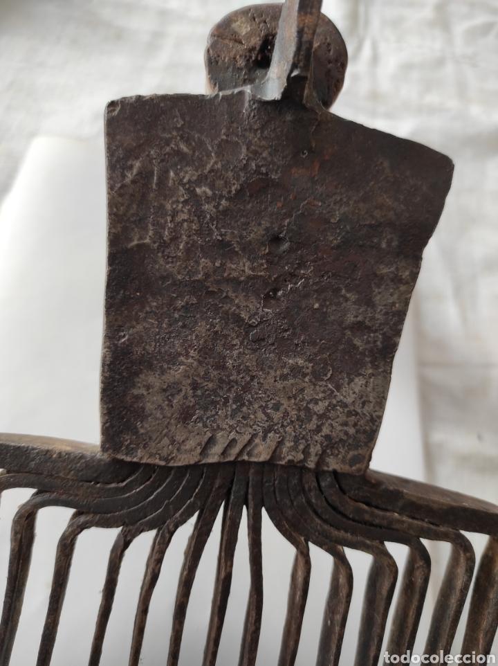 Antigüedades: Antiguo Cardador - Cardadora de Lana de Hierro con Mango de Madera - Foto 11 - 247599185