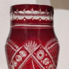 Antigüedades: JARRÓN CRISTAL TALLADO BUCARO BOHEMIA COLOR TRANSPARENTE Y ROJO CON TRES BAILARINAS TALLADAS. Lote 247637595