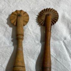 Oggetti Antichi: PAREJA DE RUEDECILLAS PARA PASTELERÍA EN MADERA. Lote 247699060
