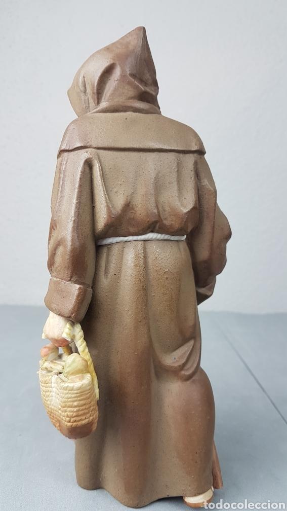 Antigüedades: Figura de porcelana Algora mate, representando monje o fraile recolector/ recogida de fruta en cesta - Foto 3 - 247730610