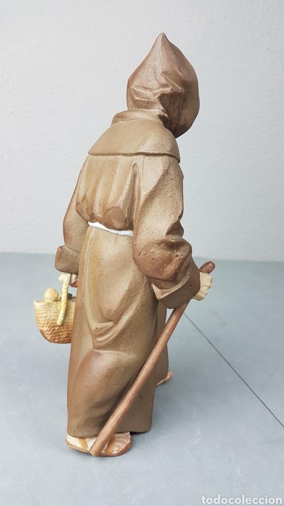 Antigüedades: Figura de porcelana Algora mate, representando monje o fraile recolector/ recogida de fruta en cesta - Foto 4 - 247730610