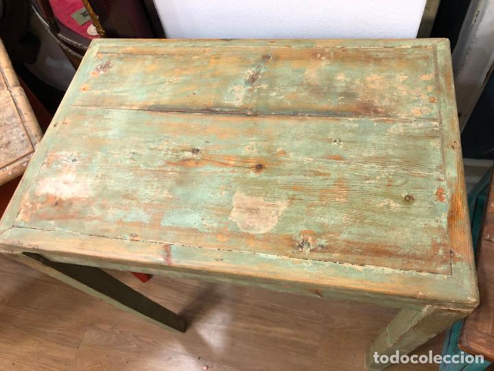 Antigüedades: ANTIGUA Y PRECIOSA MESA RUSTICA DE PINO Y COLORES ORIGINALES - MEDIDA 60X40X72 CM - VINTAGE - Foto 3 - 248000940