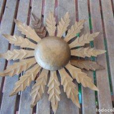 Antigüedades: LAMPARA DE TECHO TIPO SOL CON HOJAS EN METAL POLICROMADAS EN DORADO ESTA REPINTADA. Lote 248041305