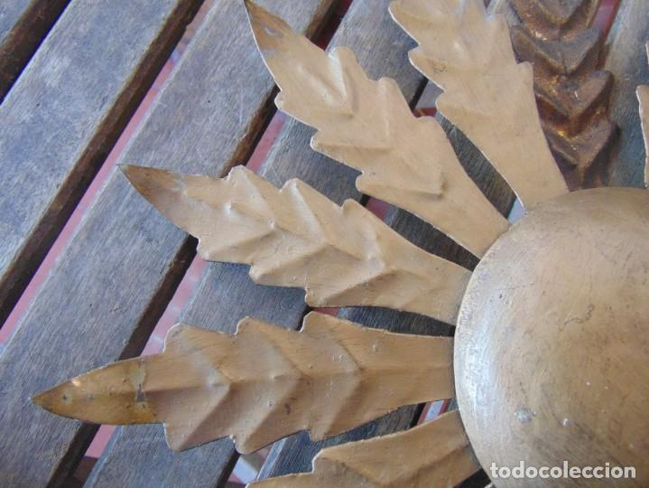 Antigüedades: LAMPARA DE TECHO TIPO SOL CON HOJAS EN METAL POLICROMADAS EN DORADO ESTA REPINTADA - Foto 3 - 248041305
