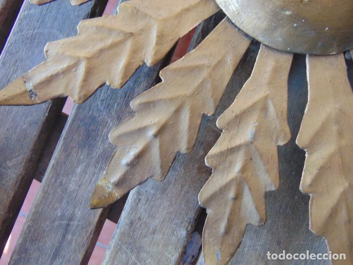 Antigüedades: LAMPARA DE TECHO TIPO SOL CON HOJAS EN METAL POLICROMADAS EN DORADO ESTA REPINTADA - Foto 4 - 248041305