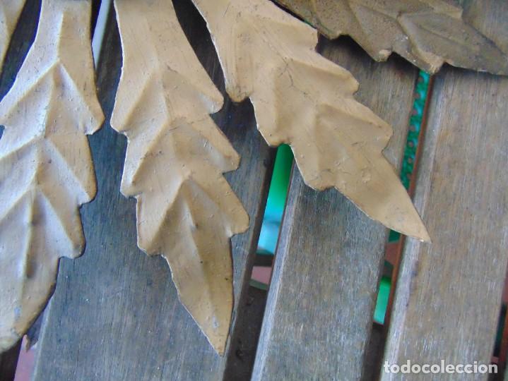 Antigüedades: LAMPARA DE TECHO TIPO SOL CON HOJAS EN METAL POLICROMADAS EN DORADO ESTA REPINTADA - Foto 5 - 248041305