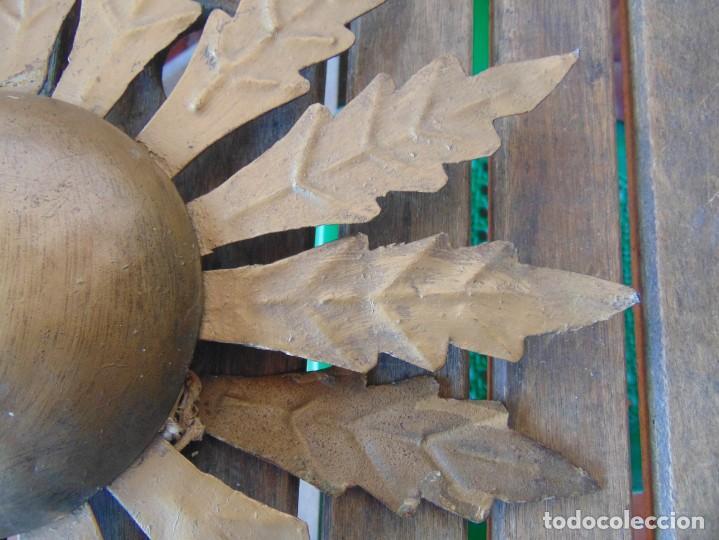 Antigüedades: LAMPARA DE TECHO TIPO SOL CON HOJAS EN METAL POLICROMADAS EN DORADO ESTA REPINTADA - Foto 6 - 248041305