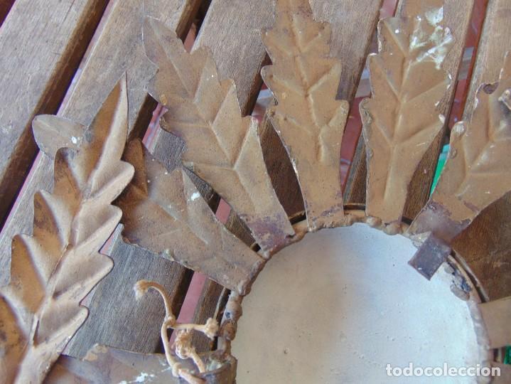 Antigüedades: LAMPARA DE TECHO TIPO SOL CON HOJAS EN METAL POLICROMADAS EN DORADO ESTA REPINTADA - Foto 11 - 248041305