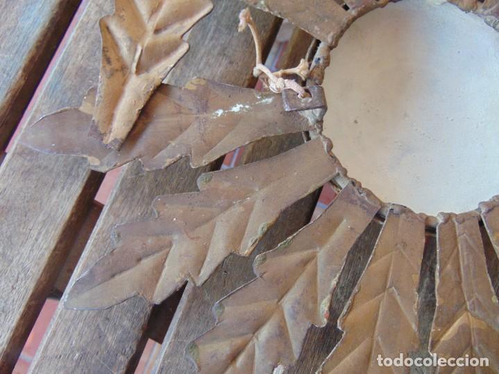 Antigüedades: LAMPARA DE TECHO TIPO SOL CON HOJAS EN METAL POLICROMADAS EN DORADO ESTA REPINTADA - Foto 12 - 248041305