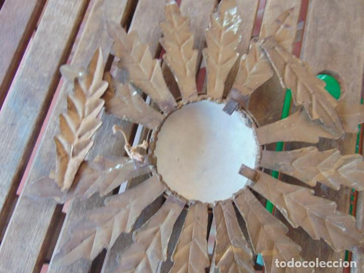 Antigüedades: LAMPARA DE TECHO TIPO SOL CON HOJAS EN METAL POLICROMADAS EN DORADO ESTA REPINTADA - Foto 15 - 248041305