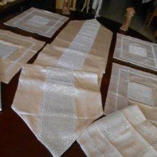 Antigüedades: JUEGO 7 PIEZAS CAMINO TIPO TU Y YO.1 CAMINO +6 INDIVIDUALES.BEIGE CLARO,CON BRILLANTITOS .NUEVO. Lote 248055185