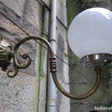 Antigüedades: BELLO APLIQUE LAMPARA DE PARED AÑOS 50/60 - BRONCE, CABLEADO NUEVO Y PORTALAMPARAS METAL PIEDRA +. Lote 248076480