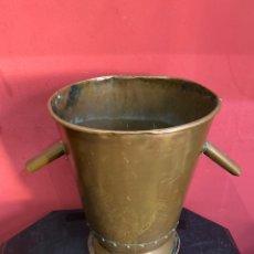 Antigüedades: ANTIGUO CUBO DE BRONCE REMACHADO CON MANITAS RARAS . GRANDES DIMENSIONES MÁS DE 5 LITROS . VER FOTOS. Lote 248134060