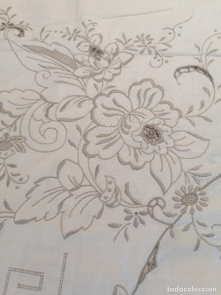 Antigüedades: Antiguo mantel con servilletas bordado - Foto 3 - 248136275