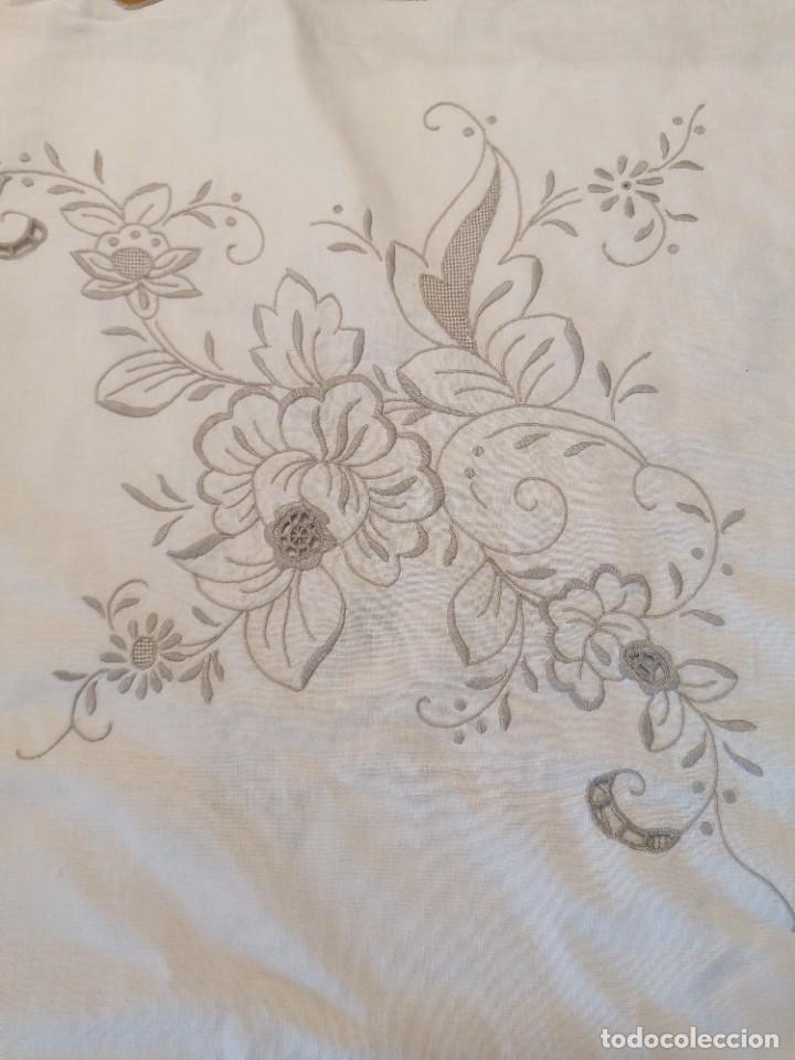 Antigüedades: Antiguo mantel con servilletas bordado - Foto 4 - 248136275