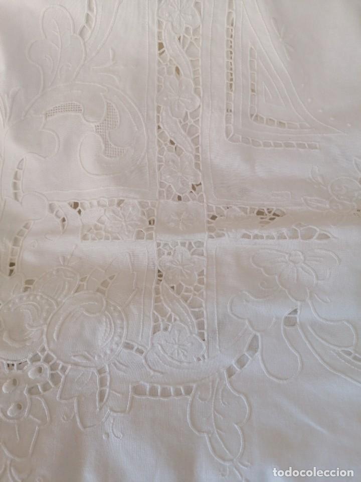 Antigüedades: Antiguo mantel bordado con servilletas, a estrenar. - Foto 2 - 248138090