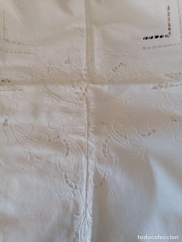 Antigüedades: Antiguo mantel bordado con servilletas, a estrenar. - Foto 3 - 248138090