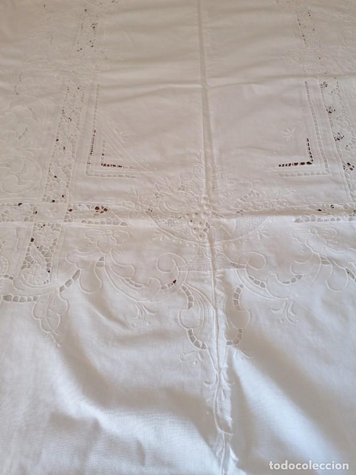 Antigüedades: Antiguo mantel bordado con servilletas, a estrenar. - Foto 4 - 248138090