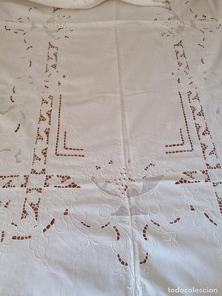 Antigüedades: Antiguo mantel bordado con servilletas, a estrenar. - Foto 7 - 248138090