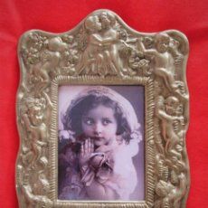 Antigüedades: PORTAFOTOS, MARCO PARA FOTOS EN BRONCE , PORTARETRATO CON ORLA DE ANGELES. Lote 248138945