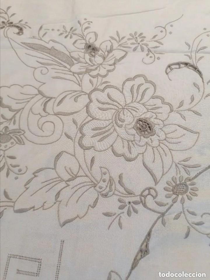 Antigüedades: Antiguo mantel con servilletas bordado - Foto 9 - 248136275