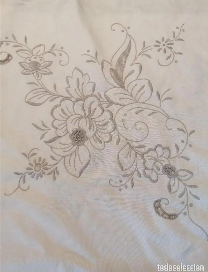Antigüedades: Antiguo mantel con servilletas bordado - Foto 10 - 248136275