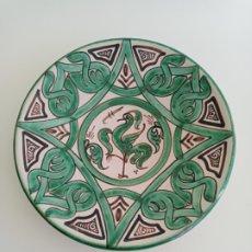 Antiquités: PLATO CERAMICA VERDE TERUEL, FIRMADO Y PINTADO POR DOMINGO PUNTER.. Lote 248175485