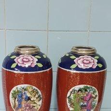 Antigüedades: 2 JARRONES DE PORCELANA CON MOTIVOS JAPONESES BOCA Y PIE DE PLATA CONTRASTADA. Lote 248209505