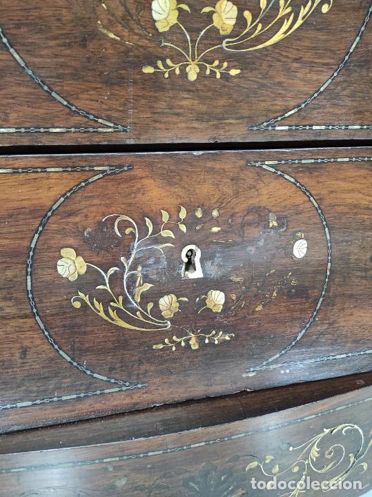 Antigüedades: Cómoda Isabelina Bombeada - Madera Jacarandá - Marquetería de Latón - Sobre de Mármol - S. XIX - Foto 4 - 248247000
