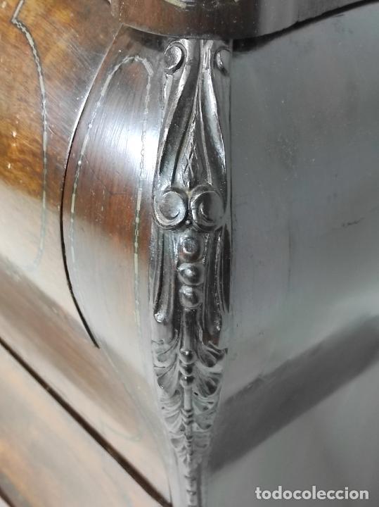 Antigüedades: Cómoda Isabelina Bombeada - Madera Jacarandá - Marquetería de Latón - Sobre de Mármol - S. XIX - Foto 14 - 248247000