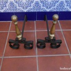 Antigüedades: MORILLOS DE CHIMENEA DE HIERRO Y BRONCE. Lote 248249940